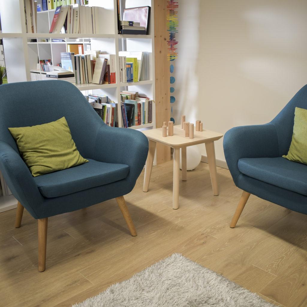 Praxis - zwei blaue Sessel mit Tischlein